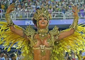 <p>Rio de Janeiro. Traditionell: Eine Tänzerin der Sao Clemente Samba School performt auf der letzten Karnevalsparade des Jahres.</p>
