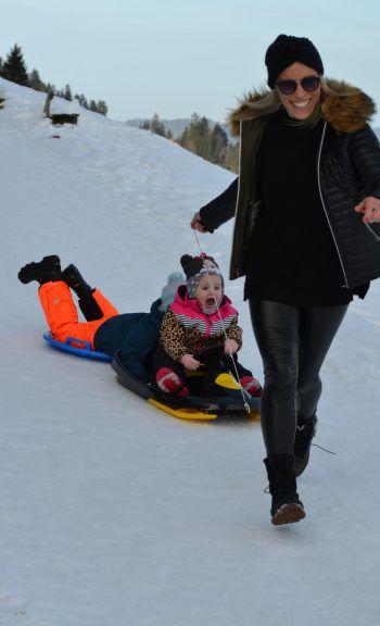 """<p class=""""caption"""">Rodeltag am Bödele! Giulias erstes Mal auf der Rodelpiste.</p>"""