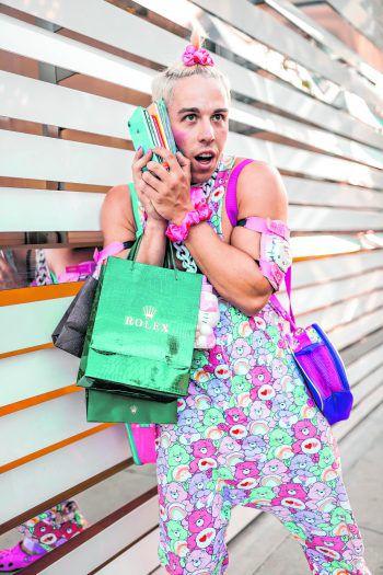 """<p class=""""caption"""">Rolex, Hello Kitty, Glücksbärchen und gleich eine ganze Handvoll iPhones gehören zu Candy Kens Grundausstattung.</p>"""