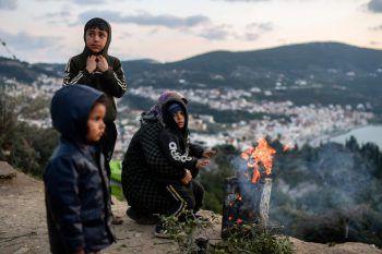 <p>Samos. Wärmend: Eine Flüchtlingsfamilie wärmt sich an einem Feuer in einem inoffiziellen Flüchtlingslager in Griechenland.</p>