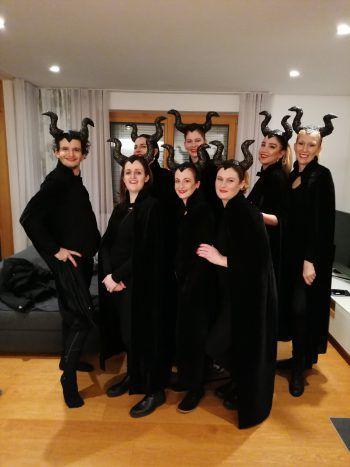 """<p class=""""caption"""">Sandra und ihre Freundinnen verkleideten sich als """"Maleficent"""", die böse Fee.</p>"""