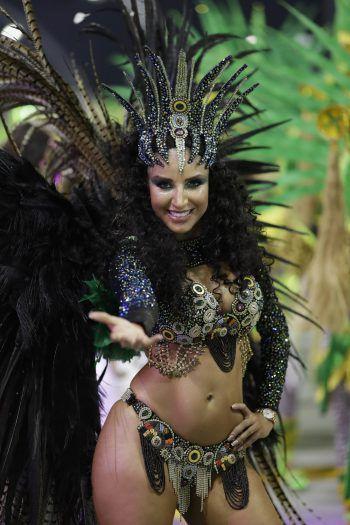 Sao Paulo. Sexy: Eine Tänzerin der Barroca Zona Sul Samba Schule performt während einer Karnevals-Parade in der brasilianischen Metropole.