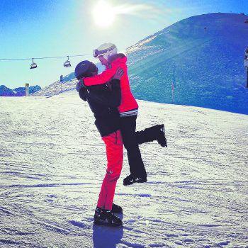 """<p class=""""caption"""">Sara und ihre Begleitung auf der Nova am Skifahren.</p>"""
