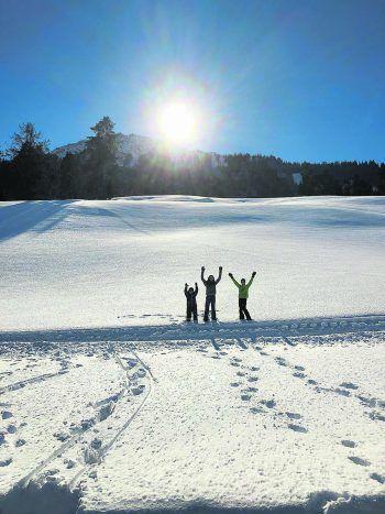 """<p class=""""caption"""">Schneeweiß: Greta, Lorena und Tobias auf dem Weg zum Ludescherberg.</p>"""