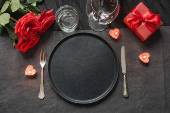 (Selbst-)Liebe geht durch den Magen             Pizza, Pasta, Sushi oder doch ein handfester Braten? Jeder Mensch hat ein Lieblingsessen. Warum damit warten, bis man mit jemandem gemeinsam Essen geht? Wem es doch zu ungewöhnlich ist, sich allein an einen Restauranttisch zu setzen, der kann zuhause ein Date von, mit und für sich selbst organisieren: In Ruhe einkaufen gehen, die Lieblingsmusik anmachen, etwas Schönes kochen und nur für sich selbst toll anrichten, kann sehr viel Spaß machen – und auch sehr zufrieden.
