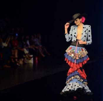 """Sevilla. Glamourös: Ein Model präsentiert eine Kreation von """"Veronica de la Vega"""" bei der Simof 2020 (Internationale Flamenco-Fashion-Show)."""
