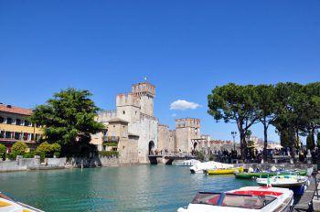 Sirmione ist als Kur- und Wellnessort am Gardasee bekannt. Hier kann man entspannt am See schlendern und das italienische Flair genießen.