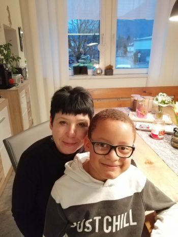 """<p>Sonja, 44, Dornbirn: """"Ich habe ein Pflegekind aufgenommen, den achtjährigen Alessandro. Er lebt seit fünf Jahren bei mir. Wir hatten anfangs natürlich schon Angst, wie er hier aufgenommen werden würde – gerade in der Schule, unter all den für ihn fremden Kindern. Wir haben deshalb auch im Vorfeld mit dem Direktor gesprochen und es lief schlussendlich wirklich problemlos ab. In der Öffentlichkeit hingegen gibt es schon mal komische oder abschätzige Blicke. Aber die ignorieren wir, das ist es uns nicht wert, uns darüber aufzuregen.""""</p>"""
