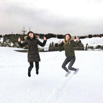 """<p class=""""caption"""">Spaß im Schnee: Elena und Valeria in der Alpenarena Hochhäderich.</p>"""