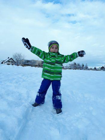 """<p class=""""caption"""">Spaß im Schnee: Emanuel (5) freut sich über die weiße Landschaft.</p>"""