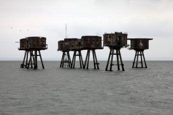 """<p class=""""factbox"""">               Starwars oder Highline?             </p><p>Eine Kulisse wie aus dem Sci-Fi-Film boten die Maunsell Forts, ausgemusterte Luftkampf-Türme aus dem Zweiten Weltkrieg vor der britischen Themse. In der Doku """"In Between Boundaries"""" kann man das ehrgeizige Projekt mehrerer Highliner vom ersten bis zum letzen Schritt verfolgen.</p>"""