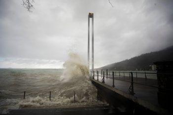 """<p class=""""caption"""">Sturmwarnung am Bodensee: Mannshohe Wellen peitschten gegen das Molo.</p>"""