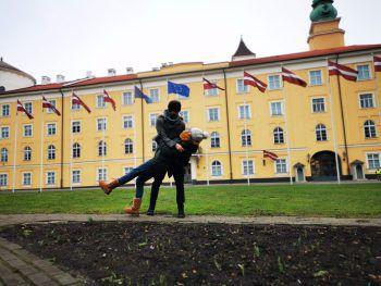 Tänzchen: Die WANN & WO-#cityhopper vor dem Schloss von Riga.