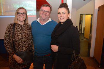 "<p class=""caption"">Tina Bastiani (li.) und Sabrina Düringer (beide W&W) mit Manfred Bickel (RM).</p>"