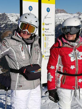 Traumhafter Tag im Schnee: Verena und Sieglinde beim Skifahren.
