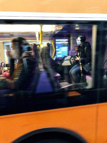 """<p class=""""caption"""">Unterwegs in den Öffis: Der Bevölkerung Hongkongs wird geraten, """"Menschenansammlungen meiden"""" .</p>"""