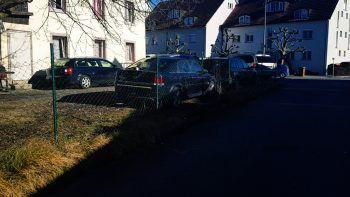 Vor dem Haus stehen einige abgemeldete Autos.Foto: VOL.AT/Madlener