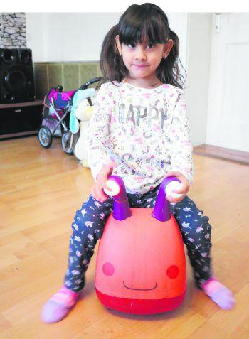 W&W-Patenkind Valentina kann noch nicht selbstständig gehen, deshalb braucht sie einen speziell angepassten Rollator.Fotos: W&W