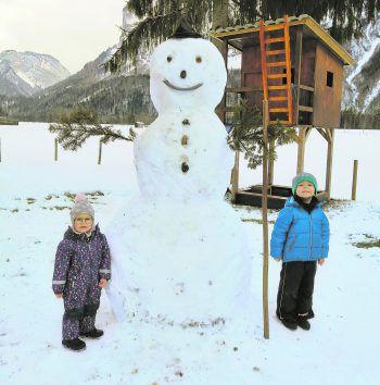 Willst du einen Schneemann bauen? Mario und Alina haben Spaß daran.