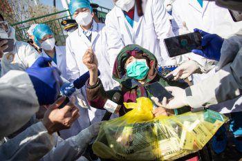 <p>Wuhan. Geheilt: Erste Patienten verlassen nach der Infektion mit Covid-19 die Krankenhäuser in der krisengeschüttelten Region.</p>