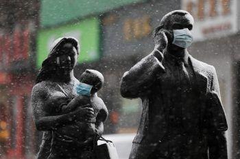<p>Wuhan. Symbolisch: Statuen wurden mit Gesichtsmasken versehen, um auf das Coronavirus aufmerksam zu machen.</p>