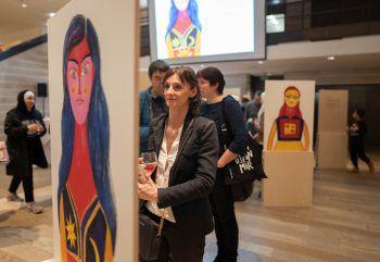Zehn berührende Portraits von Frauen, die über die Familienzusammenführung nach Vorarlberg gekommen sind, gibt es bei der Wanderausstellung zu sehen.