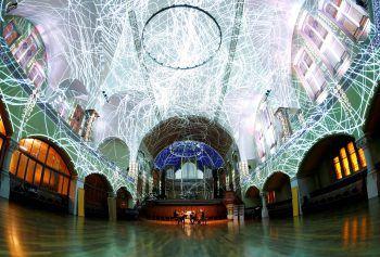 <p>Zürich. Künstlerisch: Ein Streichquartett performt unter einer Lichtprojektion in der St. Jakob-Kirche.</p>