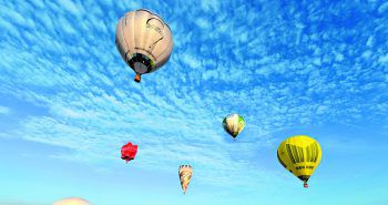 Zwischenzwei Ballons             Niklas Winter ist 2017 auf einer Highline von einem fliegenden Heißluftballon zum nächsten balanciert – 15 Meter Distanz in 1400 Metern Höhe, an zwei sich bewegenden Objekten! Dafür gab es ganz nebenbei den Weltrekord für die höchste Highline über Grund.
