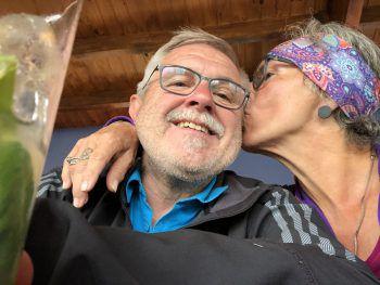 """<p class=""""caption"""">40 Jahre Gemeinsamkeit, davon 35 Jahre Ehe: Manuela und ihr Ehemann gehören zusammen.</p>"""