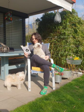 """<p class=""""caption"""">Aaron Wölfling, das Gesicht der Vorarlberger</p><p class=""""caption"""">""""Fridays for Future""""-Bewegung, genießt die Zeit im Garten mit seinen Hunden und einem guten Buch.</p>"""