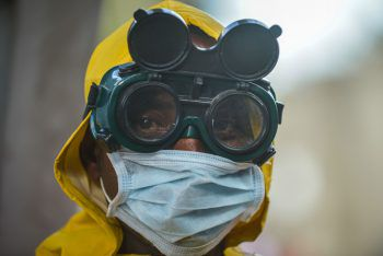 <p>Addis Abeba. Futuristisch: Dieser Mann desinfiziert in Äthiopien eine U-Bahn-Garnitur. Fotos: AFP, APA, AP, Reuters, dpa</p>