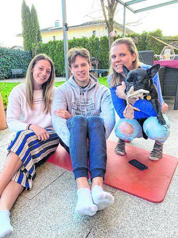 Aktuell verbringt das größte Eishockey-Talent Österreichs viel Zeit mit seinen Schwestern Marielle und Estelle sowie Bijou in Rankweil und hofft auf eine Liga-Fortsetzung.  Foto: handout/Rossi