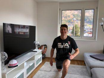 """<p class=""""caption"""">Alessandro Hämmerle macht nicht nur auf dem Snowboard eine gute Figur, sondern auch im eigenen Wohnzimmer bei einem Home-Workout.</p>"""