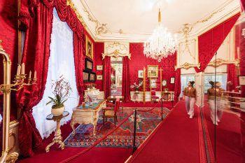 <p>Auf den Spuren der berühmten österreichischen Kaiserin. Im Kunsthistorischen Museum und im Sissi Museum kann man einen Blick in die Vergangenheit werfen. Als Zugabe erlebt man bei der Strudelshow in Schönbrunn, wie der legendäre Wiener Apfelstrudel gemacht wird.</p>