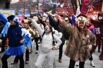 <p>Berlin. Symbolisch: Vor dem FilmfestivalBerlinale demonstrieren Aktivisten von Extinction Rebellion für Klimaschutz.</p>