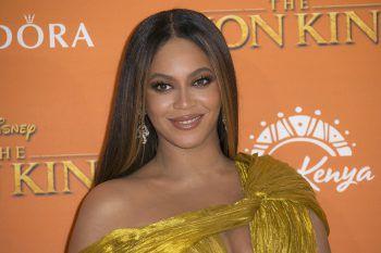 """<p class=""""title"""">Beyoncé</p><p>Die Sängerin ließ bei ihrer """"Mrs. Carter Tour"""" bei jedem Auftritt das Wort """"Feminist"""" in großen pinken Buchstaben über der Bühne erstrahlen und machte so auf das Thema aufmerksam.</p>"""