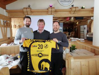 Björn Tyrner (GF Bregenz Handball), Günther Oberhauser (GF Skilifte Warth) und Lukas Scharf (stellvertrender GF und Marketing Skilifte Warth).