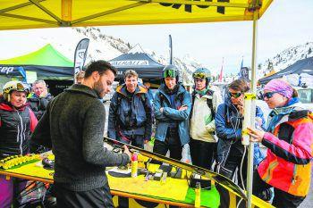 """<p class=""""caption"""">Die Workshops und Touren waren schnell gefüllt und die ersten Lines in den frischen Pulverschnee gezaubert.</p>"""