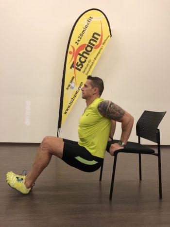 """<p class=""""title"""">               Dips auf dem Stuhl              </p><p>Ausgangslage: Auf der Kante des Stuhles abstützen, Oberkörper aufrecht halten, die Beine sind je nach Schwierigkeit gestreckt oder gebeugt. Durchführung: Gesäß langsam absenken, bis der Ellenbogen einen rechten Winkel bildet, die Ellenbogen zeigen nach hinten, anschließend wieder nach oben drücken, bis die Arme wieder gestreckt sind.</p>"""