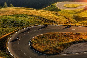 """<p class=""""title"""">               Ein Abstecher ins Tirol             </p><p>Die Fahrt beginnt in Lech, geht dann über den Flexenpass und führt über den Arlbergpass ins Tirol. Dann verläuft die Route weiter über das Hahntennjoch und die Elbigenalp wieder zurück nach Warth. Länge: 175 Kilometer.</p>"""
