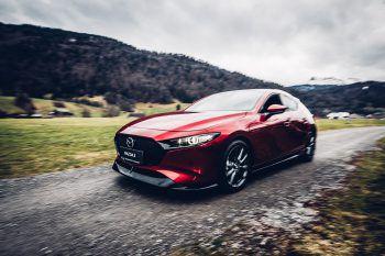 """<p class=""""caption"""">Ein heißer Flitzer: Der Mazda 3 ist ein schnittiger Wagen, der mit toller Ausstattung überzeugt.</p>"""