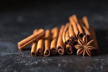 """<p class=""""factbox"""">               Erstickung durch Zimt              </p><p>Ziel der """"Cinnamon-Challenge"""" ist es, einen Löffel voll Zimtpulver zu schlucken, was zu starkem Hustenreiz führt. Doch auch hier ist Vorsicht geboten: Das eingeatmete Pulver kann zu starken allergischen Reaktionen oder einer Lungenentzündung führen.</p>"""