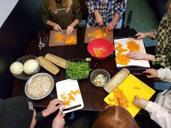 """<p class=""""caption"""">Es werden verschiedenste Speisen aus aller Welt zubereitet und deren Herkunft besprochen. Foto: handout/OJL</p>"""