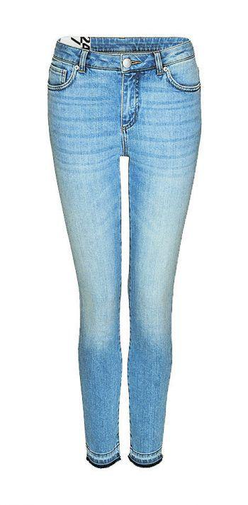 """<p class=""""caption"""">Figurbetonte Jeans für jeden Anlass gibt es bei Königstöchter um 79,95 Euro.</p>"""