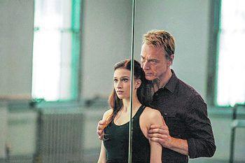 Flesh and BoneSerie. Claires Leben wird von einer düsteren Vergangenheit überschattet. Um die zu vergessen, will sie eine der besten Ballerinas der USA werden. Doch nicht nur der Weg dahin ist hart, ihre Vergangenheit holt sie zudem immer wieder ein.