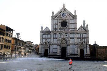 <p>Florenz. Kampf gegen Covid-19: Hier wird Platz vor der Santa Croce großflächig mit Desinfektionsmittel besprüht.</p>