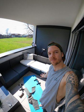 """<p class=""""caption"""">Fresskier Fabio Studer hält sich mit Workouts auf seinem Balkon fit.</p>"""