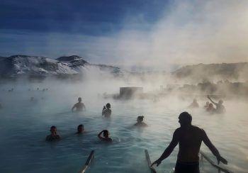 """<p>Grindavik. Heiß: Menschen baden in den vulkanischen Quellen der """"Blauen Lagune"""" in Island. Fotos: AFP, APA, AP, Reuters, dpa</p>"""