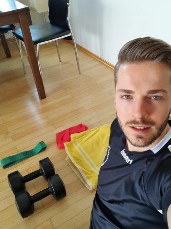 """<p class=""""caption"""">Handballer Nico Schnabl hält sich auch in Zeiten der Isolation mit Home-Workouts fit.</p>"""