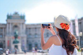 """<p class=""""caption"""">Handy oder Kamera allzeit griffbereit: In Wien warten viele tolle Highlights.</p>"""